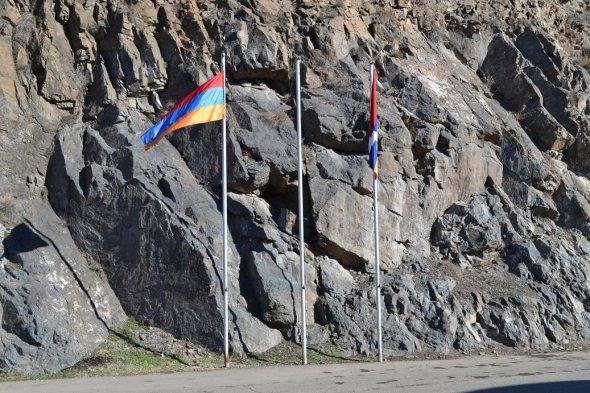 Frontera entre Armenia y Nagorno-Karabakh / Armenia - Nagorno-Karabakh Border / Por: Blog de Banderas