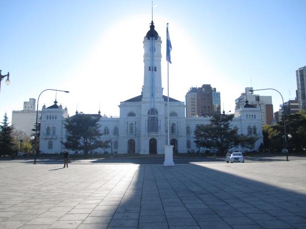 Municipalidad de La Plata (estaba adornada con muchas banderas porque era 25 de Mayo)
