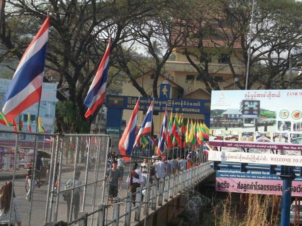 Puesto fronterizo de Mae Sai entre Tailandia y Myanmar / Mae Sai Border Post between Thailand and Myanmar / Por: Víctor Blanco