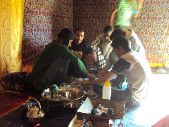 Jóvenes saharauis tomando el té