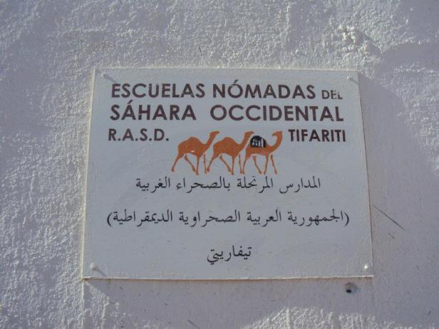 Letrero en la entrada a la escuela en Tifariti. Como dato curioso, la RASD es el único país de África que tiene 100% de alfabetismo.