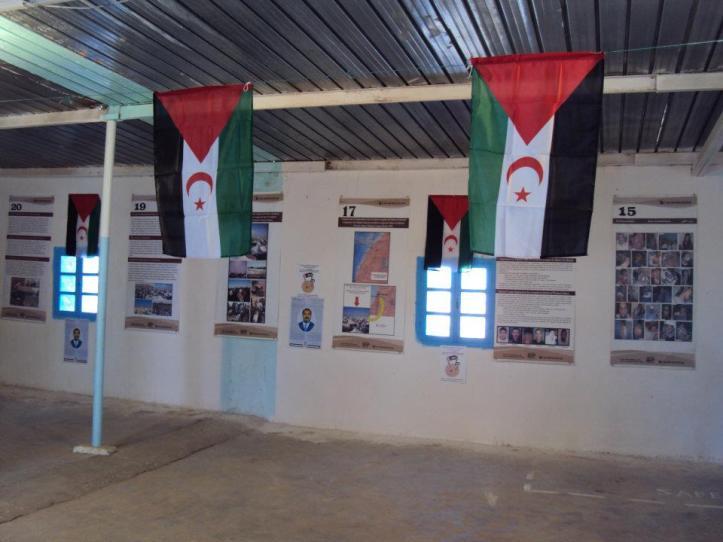 Banderas saharauis en el interior del Museo de Tifariti