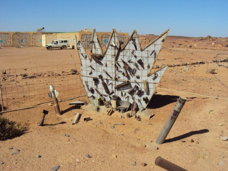 Monumento de advertencia sobre minas antipersona en el Sahara Occidental