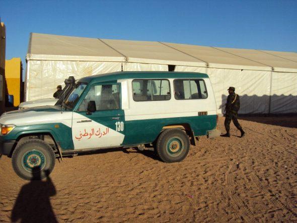 Carro de la Policía Saharaui en Tifariti con la carpa que servía de comedor para los extranjeros detrás