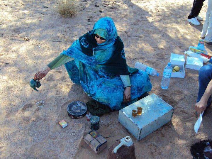 La mujer del grupo preparando el té