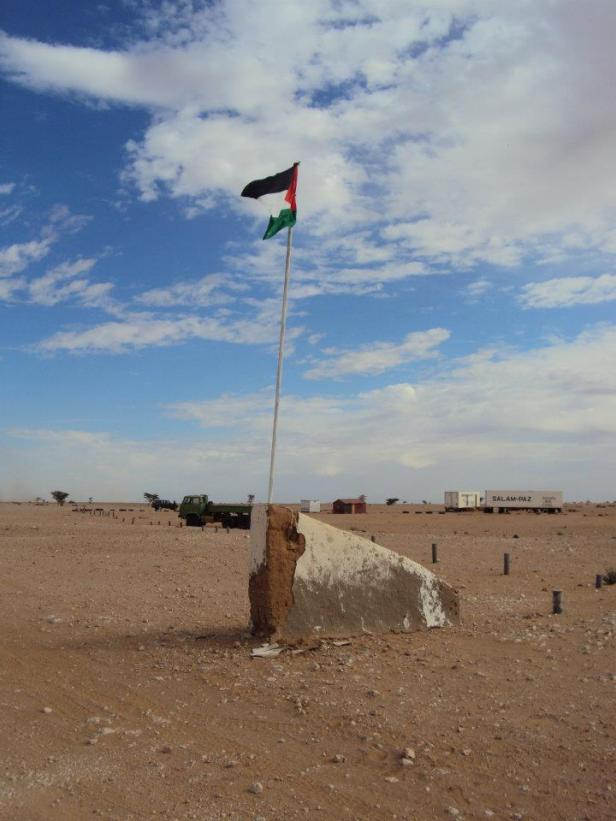Bandera que marca el inicio de la República Árabe Saharaui Democrática en la frontera con Argelia
