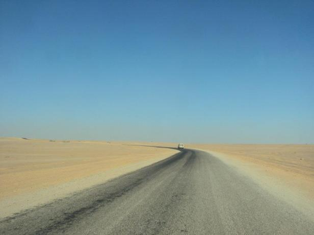Carretera saliendo de Tindouf hacia Tifariti. Únicamente los primeros 20 kms estaban pavimentados.