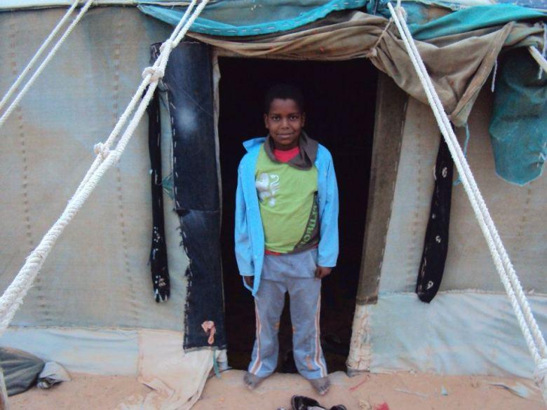 Mohammed, mi intérprete durante el desayuno, en la entrada a la jaima