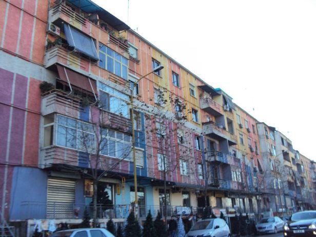 Edificios construidos por el régimen comunista de Enver Hoxha en Tirana, hoy pintados con colores vivos.