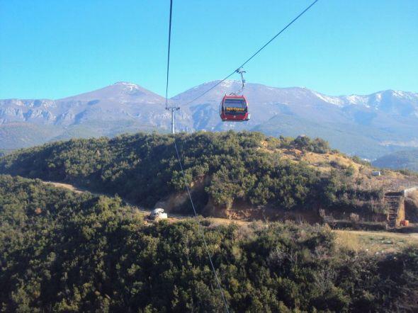 Teleférico entre Tirana y el Parque Nacional de la Montaña Dajti. En la parte inferior se alcanzan a ver los restos de uno de los búnkeres.