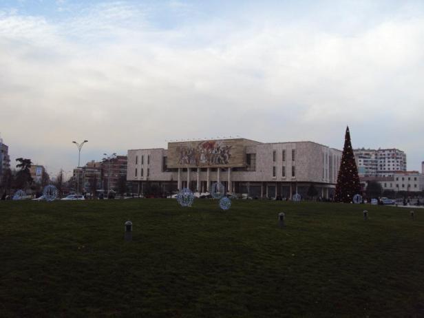 Museo de Historia Nacional, Plaza de Skanderberg: El mosaico en la fachada representa el desarrollo de la historia de Albania con representaciones desde los Ilirianos hasta los partidistas. Cuenta la historia de la formación de la nación albanesa. Centro de Tirana