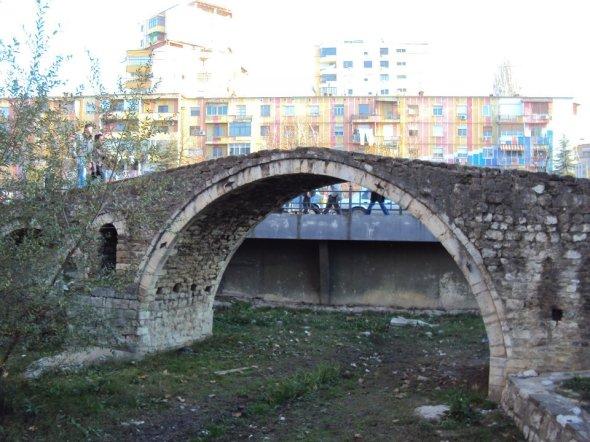 Puente Ura e Tabakëbe: Este puente de piedra otomano fue anteriormente la puerta de entrada a Tirana desde las tierras agrícolas del este a través del Río Lana. En 1930 el caudal del río fue modificado y el puente perdió importancia. Tirana, Albania