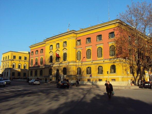 Bandera de Albania en el edificio del Ministerio de Defensa