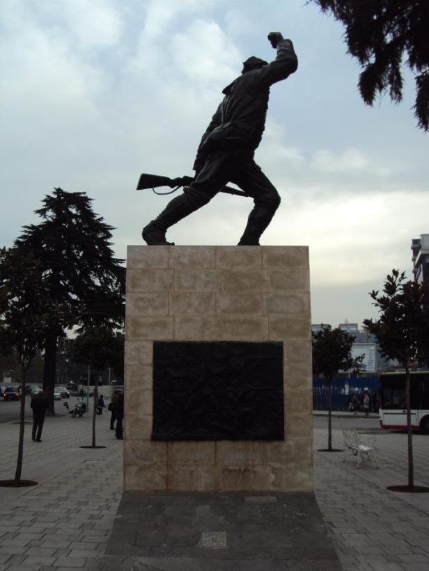 Estatua del Partidista desconocido construida durante el régimen comunista para honrar a los miles de albaneses que dieron su vida en la lucha contra la ocupación fascista italiana. Tirana, Albania