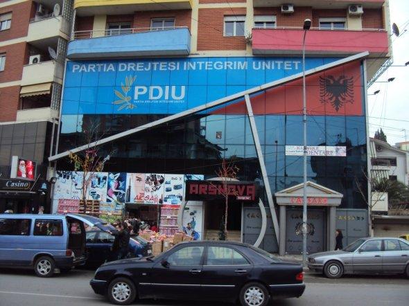 Sede del Partido de Unidad Nacional de Albania. Aparentemente allá también esas malas costumbres.