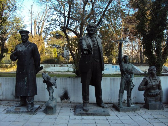 Y después de buscar las famosísimas estatuas comunistas por toda Tirana, me las encontré apiladas detrás de la Galería de Bellas Artes. Nadie las ve y pasan sus días sin pena ni gloria lejos del público.