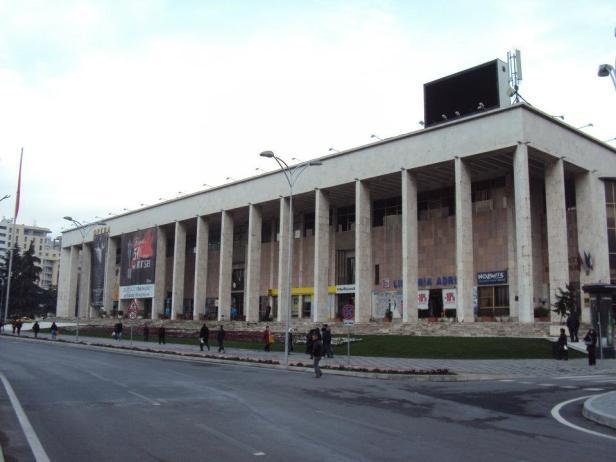 Palacio de la Cultura: Su construcción empezó en 1958 con ayuda soviética, pero cuando las relaciones entre Albania y la URSS se deterioraron, los ingenieros soviéticos abandonaron el país con los planos del edificio. Expertos chinos tuvieron que ser llamados para terminar el trabajo. Hoy el edificio contiene la ópera y la librería nacional. Plaza Skanderbeg.