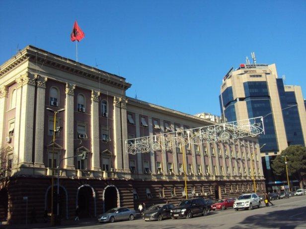 A la derecha la sede del Antiguo Partido Comunista Albanés en Tirana, Albania