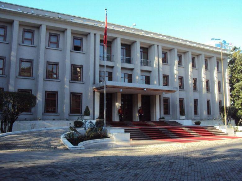 El edificio sirvió como sede de la Embajada Soviética hasta 1961 cuando Albania y la URSS rompieron relaciones diplomáticas. Luego sirvió como sede del Congreso de la República Socialista de Albania y actualmente es la residencia del Primer Ministro. Tirana, Albania