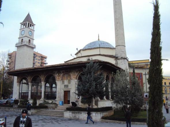 Mezquita de Et'hem Bey. Construida entre 1794 y 1821. Fue uno de los 2169 lugares de oración (mezquitas e iglesias) que fueron cerradas por el régimen comunista de Enver Hoxha en 1967. Se reabrió en 1991 cuando más de 10.000 personas asistieron a la mezquita para orar sin el permiso del Partido Comunista. Las fuerzas de seguridad no se atrevieron a intervenir y a partir de ese momento fueron autorizadas todas las religiones otra vez en Albania.