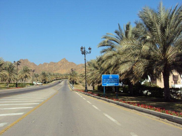 Vía hacia la zona gubernamental de Mascate. A la izquierda el edificio central de la Real Policía Omaní