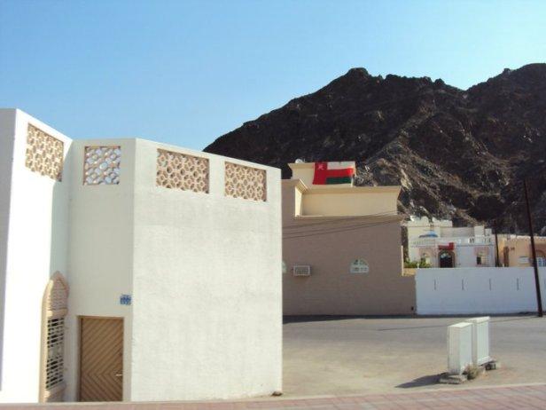 Viviendas típicas en Mascate. La mayoría de ellas exhiben la bandera omaní en sus terrazas.
