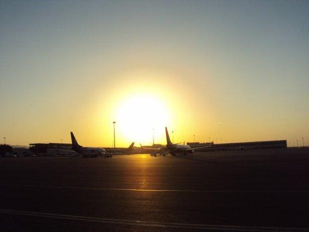 Aviones de Oman Air en el Aeropuerto Internacional de Mascate al atardecer
