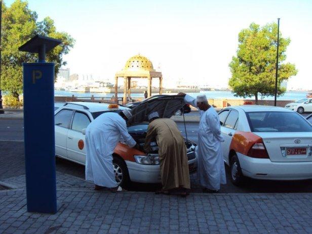 Taxistas en el atuendo tradicional omaní
