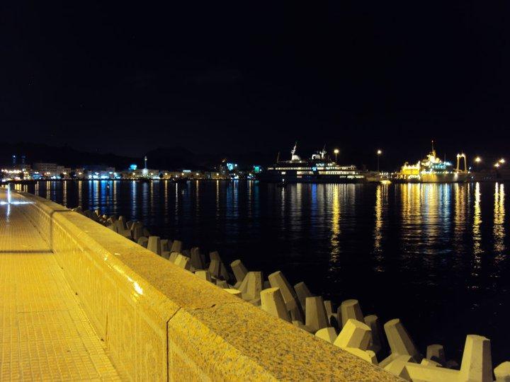 Vista nocturna de la Bahía de Muttrah. Al fondo el yate privado del Sultán.