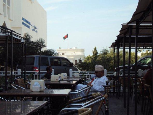 Café en Qu'rum con la Embajada de Bangladesh al fondo