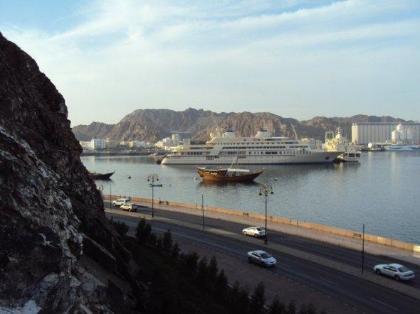 Bahía de Muttrah y el yate privado del Sultán