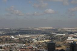 """Johannesburgo desde el """"Top of Africa"""". Al fondo se ve el estadio de Soccer City y las montañas construidas con los restos de las minas de oro"""