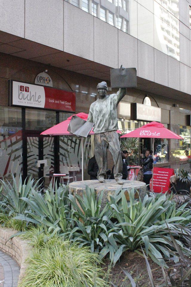 Estatua en honor a un repartidor de periódicos negro asesinado por las fuerzas de seguridad del régimen del Apartheid cerca de la Plaza Gandhi