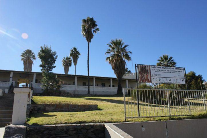 Panorámica del Museo Nacional de Namibia, justo detrás estaba el campo de exterminio alemán.