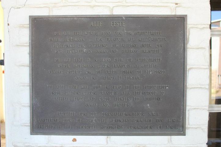 """""""El """"Alte Feste"""" (o la fortaleza) fue construida en 1890 por las tropas alemanas bajo el mando del capitán C. Von Francois como un fuerte para preservar la paz y el orden entre los Namas y Hereros""""."""
