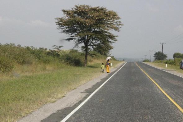 Mujeres llevando sus productos hacia la frontera.