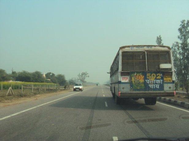 Carro en contravía en una gran autopista en Nueva Delhi