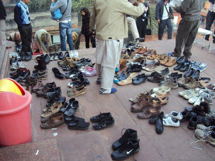 Zapatos afuera de la Gran Mezquita de Nueva Delhi
