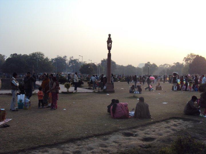 Multitud en los jardines de la Puerta de India en Nueva Delhi