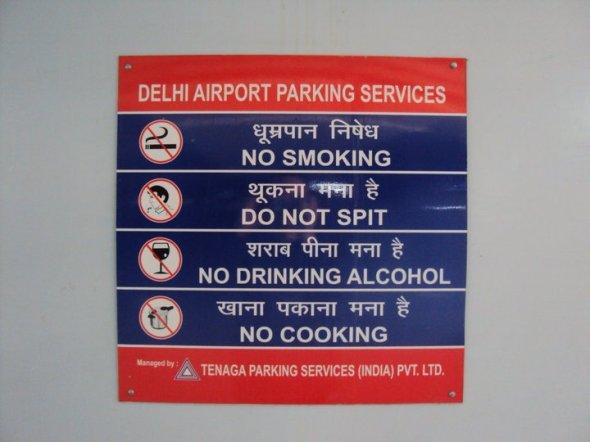 Señal en el estacionamiento del Aeropuerto Internacional Indira Ghandi de Nueva Delhi