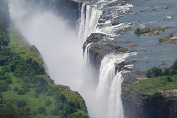 Cataratas Victoria sobre el Río Zambezi que hacen que Namibia no pueda comunicarse fluvialmente con el Océano Índico. Fuente: Yo