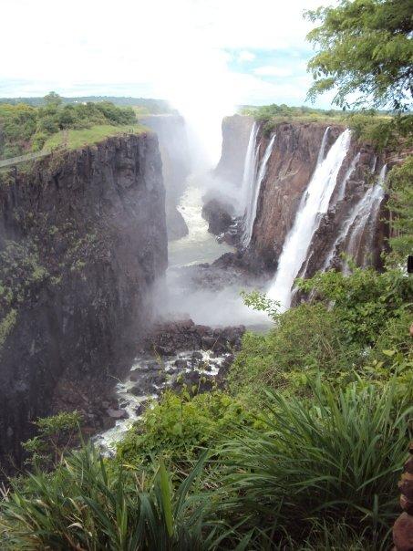 Vista lateral de las Cataratas Victoria sobre el Río Zambezi que hacen que Namibia no pueda comunicarse fluvialmente con el Océano Índico.