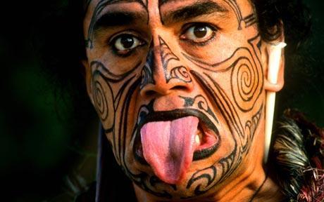 Resultado de imagen de los maoríes neozelandeses se decoran el rostro.