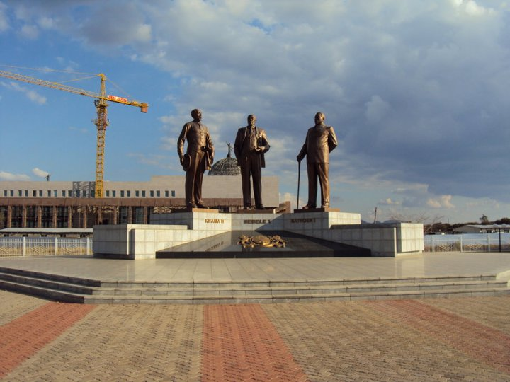 Khama y su combo en el Monumento a los 3 Kgosis en Gaborone
