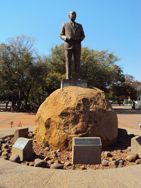 Estatua de Sir Seretse Khama frente al Parlamento
