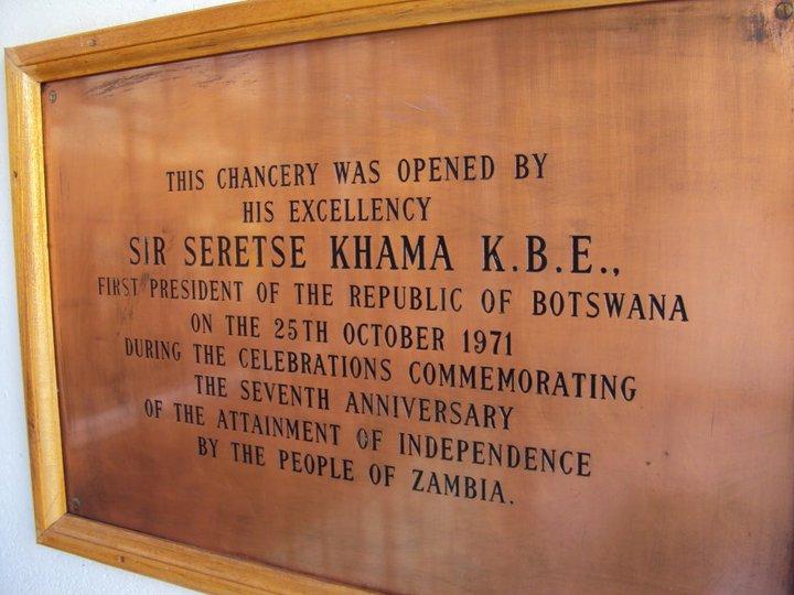 Placa en la Embajada de Zambia donde se certifica que el edificio fue abierto por... adivinen... Sir Seretse Khama. Les dije, sobredosis.