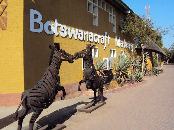 Cebras en la entrada del mercado de artesanías más caro que existe sobre la faz de la tierra.