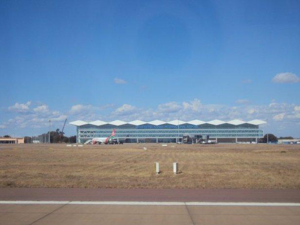 Y claro, como todo el azul con blanco y negro, el Aeropuerto Internacional Sir Seretse Khama - vuelve la sobredosis - no podía ser de otro color.