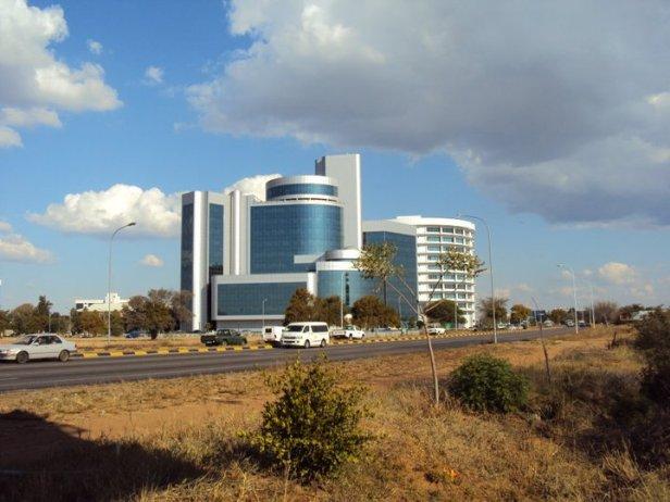 """Edificios """"sin gracia"""" en Gaborone... ¿les vieron el color? Sí señores, azules claros con blanco... como para variar."""