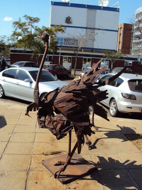 Y ahora un avestruz oxidada al frente del British Council.